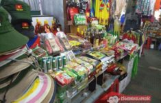 Selling souvenirs in the market Cho Dam