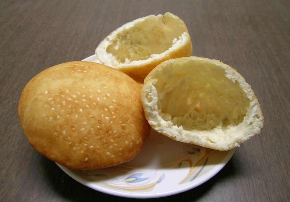 Banh Tieu (hollow doughnuts)
