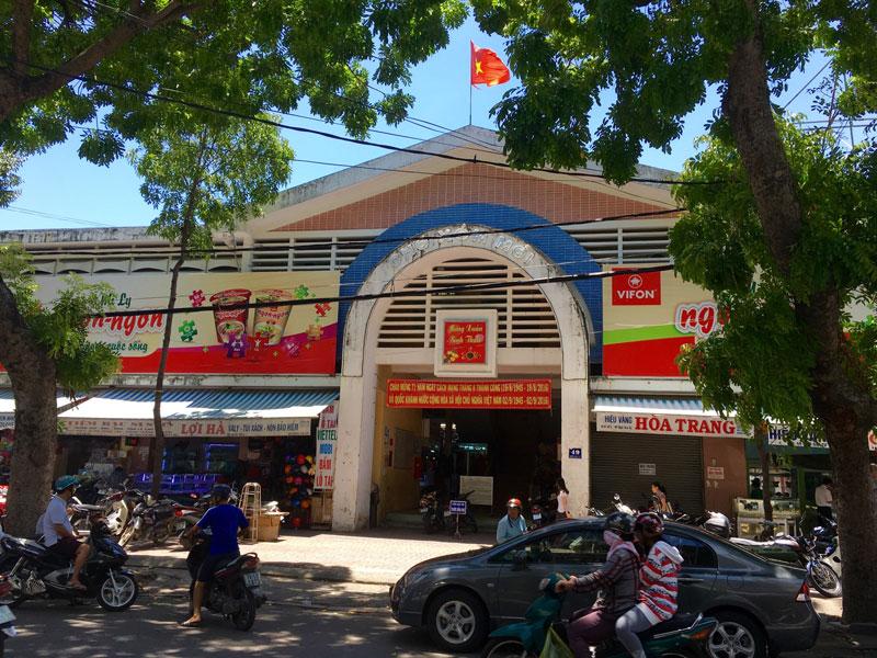 Entrance to the Xom Moi market