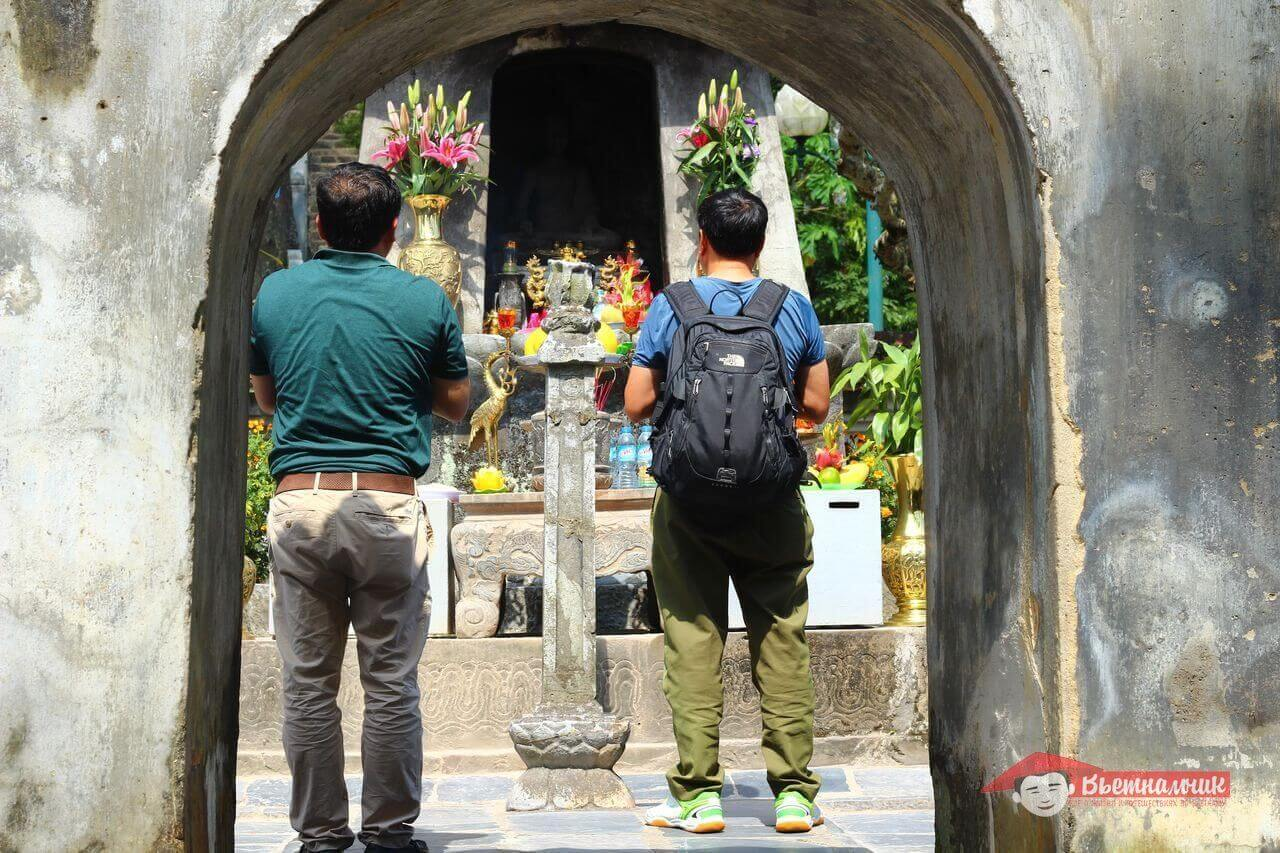 Pilgrims and Altar of Chan Nyan-Tonga