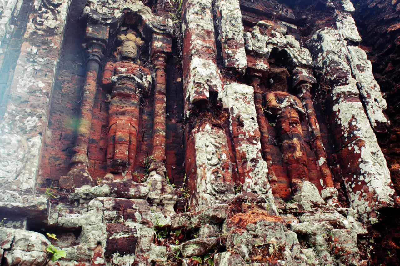 Статуи в стене храма
