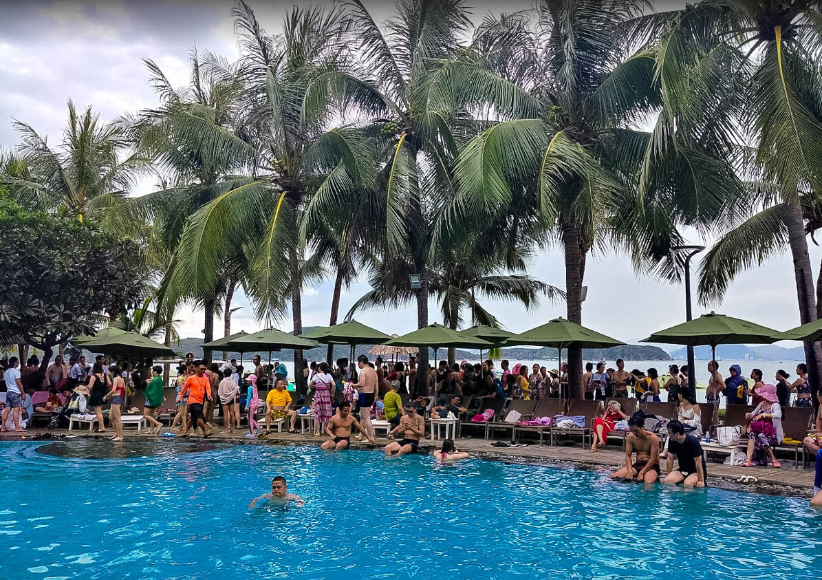 У бассейна на острове Хон Там