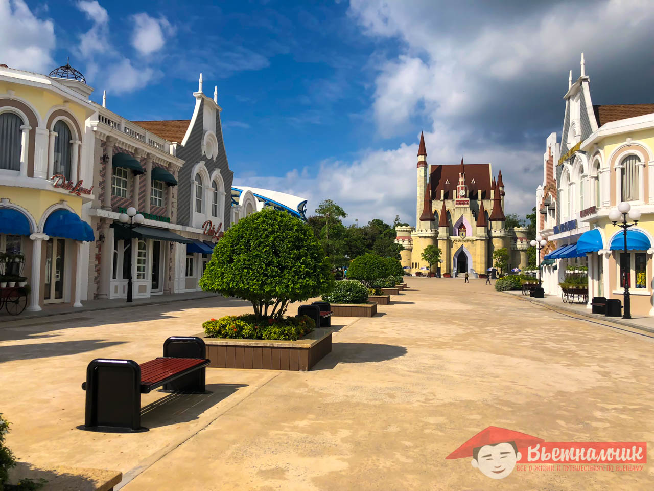 Cafes, restaurants and souvenir shops in Vinpearl Land (Phu Quoc)