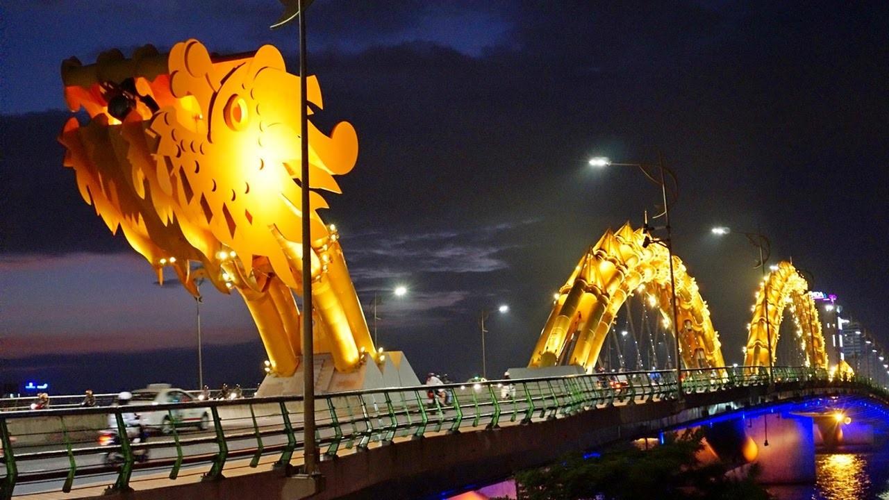 Золотой дракон в центре Дананга