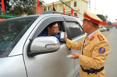 Полицейский проверяет вьетнамского водителя