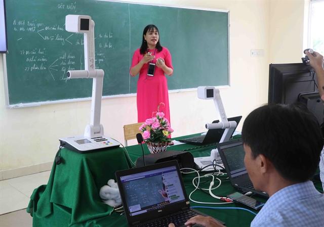 Преподаватель биологии в прямом эфире транслирует свой урок в провинции Фу Йен